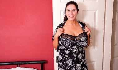 This Big Breasted MILF Is Getting Wet and Wild - Mature.nl