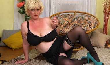 Curvy Big Breasted Cougar Playing with Herself - Mature.nl