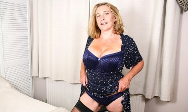 Big Breasted Camilla Playing with Her Pussy - Mature.nl