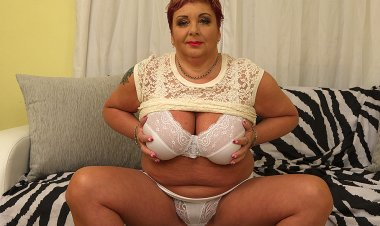 Curvy Mature BBW Playing with Herself - Mature.nl