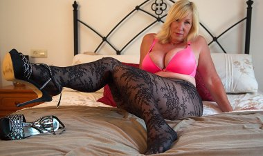 British Big Breasted Lady Melody Charm Fingering Herself - Mature.nl