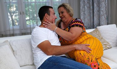 Big Curvy Mature Lady Doing Her Lover - Mature.nl