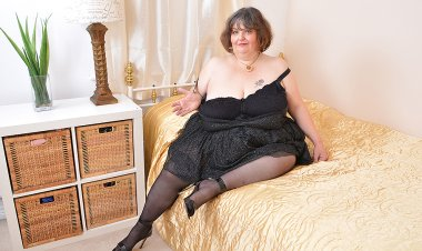 Naughty Big Breasted BBW Playing with Herself - Mature.nl