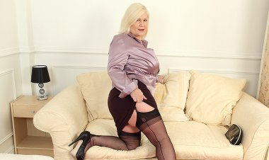 Big Breasted Housewife Lacey Playing with Herself - Mature.nl