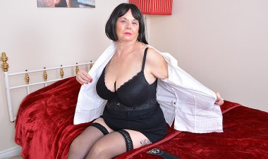 Naughty Mature BBW Playing with Herself - Mature.nl