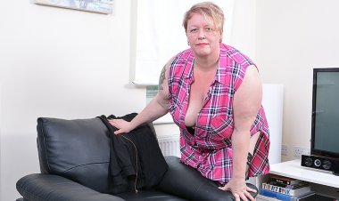 Horny Mature BBW Playing with Herself - Mature.nl