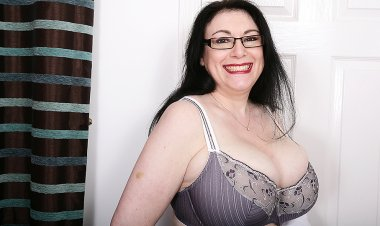 Huge Breasted British Housewife Getting Wet and Wild - Mature.nl