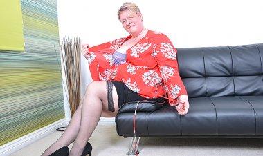 British Mature BBW Playing with Herself - Mature.nl