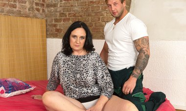 Big Breasted Chubby Housewife Fucking the Guy next Door - Mature.nl
