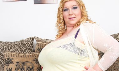 Huge Breasted Mature Lady Playing with Her Pussy - Mature.nl