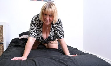 Huge Breasted British Housewife Playing with Herself - Mature.nl