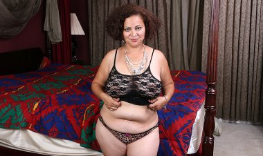 Big American Mama Playing with Her Unshaved Pussy - Mature.nl