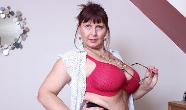 Big Breasted British Mature Lady Getting Very Dirty - Mature.nl