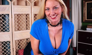 Big Breasted American Housewife Masturbating Herself to a Climax - Mature.nl