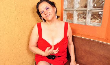 Big Breasted Latin Mama Playing with Her Toy - Mature.nl