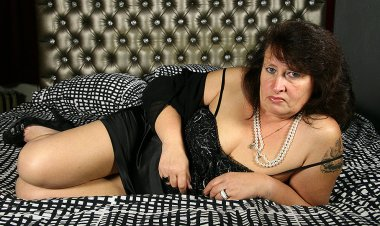 Horny BBW Playing with Herself - Mature.nl