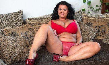 Horny Mature Lady with Huge Natural Tits Playing with Herself - Mature.nl