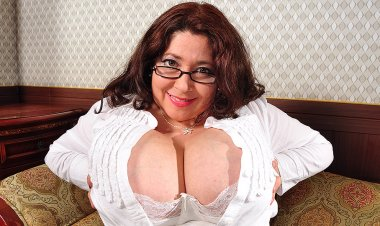 Sexy Latina Housewife Shows off Her Huge Boobs - Mature.nl