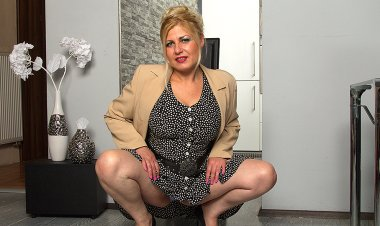 Hot Big Breasted Housewife Playing with Herself - Mature.nl