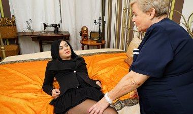 Hot babe doing a naughty BBW lesbian - Mature.nl