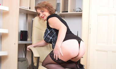 Big Breasted Housewife Playing with Her Pussy - Mature.nl