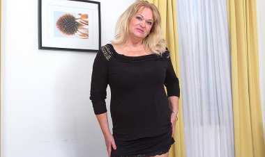 Big Breasted Mature Lady Playing with Her Pussy - Mature.nl