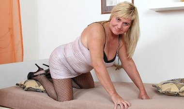 This Naughty BBW Loves to Get Wet and Wild with Her Toy - Mature.nl