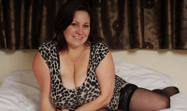 British Housewife Loves Playing with Her Huge Tits - Mature.nl
