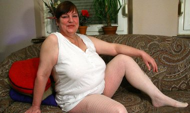 This Big Mama Loves to Get Wet by Herself - Mature.nl