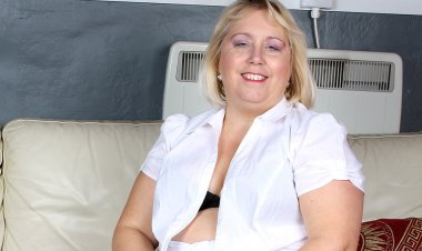 Big Pierced Mature Slut Playing Alone - Mature.nl