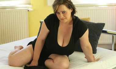 Big Breastes Housewife Playing with Herself - Mature.nl