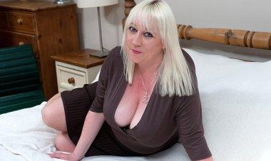Big Breasted Mature Slut Going Wild - Mature.nl