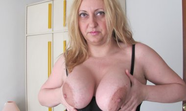 Chubby Big Breasted Mama Playing with a Toy - Mature.nl