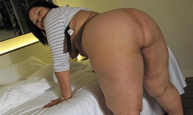 This Big Booty Mama Knows How to Please Herself - Mature.nl