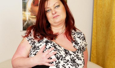 This Huge Mama Loves to Get Wet on Her Own - Mature.nl