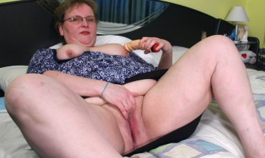 This Big Housewife Playing on Her Bed - Mature.nl