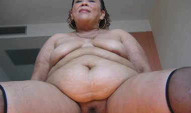 Big Mama Loves to Stuff Her Cooch - Mature.nl