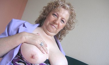This Big Mama Loves to Play with Herself - Mature.nl
