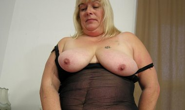 Big Chunky Slut Playing with Her Toys - Mature.nl