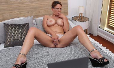 Curvy Big Breasted Nympho Playing with Her Shaved Pussy - Mature.nl