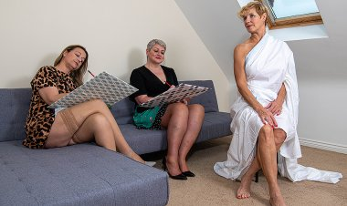 Three British Housewives Enjoy Each Other's Naked Bodies during Art Class