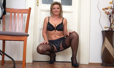 Naughty Housewife Getting Very Horny - Mature.nl