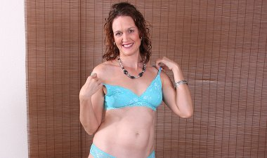 Cute American Housewife Loves Playing Alone - Mature.nl