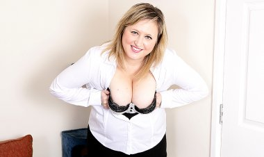 Chubby British Housewife Playing with Her Pussy - Mature.nl