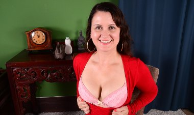 Naughty American Housewife Playing with Herself - Mature.nl