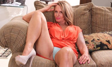 Horny American Mom Playing with Her Wet Pussy - Mature.nl