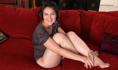 Shaved American Housewife Playing with Her Toy - Mature.nl