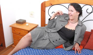 Hairy Mature British Lady Getting Wet and Wild - Mature.nl