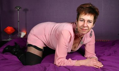 Horny Dutch Housewife Playing with Herself - Mature.nl