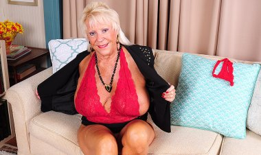 Very horny mature American lady showing us her dirty side - Mature.nl